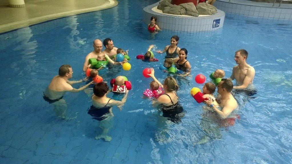 971845 317208085093318 8037149274469688468 n 1024x577 - Nauka pływania dla niemowląt